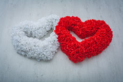 Deux coeurs est faits à partir de blanc et les flovers rouges de se sont levés sur le Ba gris Images stock