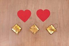 Deux coeurs et boîtes-cadeau trois rouges Image libre de droits