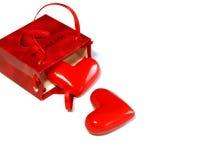 deux coeurs et cadre de cadeau rouge d'isolement sur le blanc Images stock