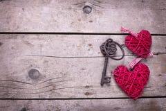 Deux coeurs et clés décoratifs rouges sur le fond en bois de vintage Photo stock