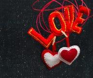 Deux coeurs et l'amour de mot fait en tissu Images stock