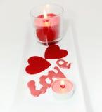 Deux coeurs et Saint-Valentin d'amour de bougie Photo stock