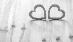 Deux coeurs gris sur la table en bois Images libres de droits
