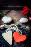 Deux coeurs liés ensemble Fond du jour de Valentine Photographie stock