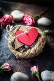 Deux coeurs liés ensemble sur le nid Photo stock