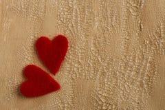 Deux coeurs pelucheux sur le fond peint criqué Images stock