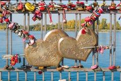 Deux coeurs percés par une flèche de l'amour qui indique le ` Svetlana + Alex = fer i E ` durable de mariage Photo libre de droits