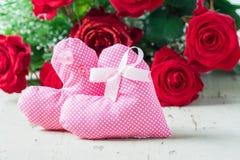 Deux coeurs roses de tissu avec les roses rouges Image libre de droits