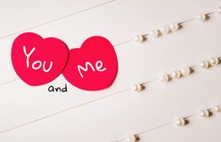 Deux coeurs rouges avec le ` d'inscription vous et moi ` Images stock