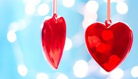 Deux coeurs rouges comme fond concept de jour de valentines, Carte de voeux de jour de Valentines Images stock
