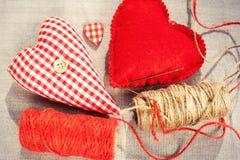 Deux coeurs rouges cousus faits maison d'amour de coton closeup Image stock
