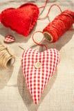 Deux coeurs rouges cousus faits maison d'amour de coton closeup Images libres de droits