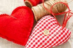 Deux coeurs rouges d'amour de coton cousus par textile fait maison closeup Image stock