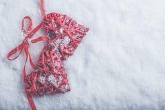 Deux coeurs rouges de beau vintage romantique attachés ainsi que le ruban sur le fond blanc de neige Amour et concept de jour de  Image libre de droits