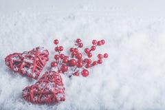 Deux coeurs rouges de beau vintage romantique avec des baies de gui sur la neige blanche Noël, amour et concept de jour de valent Images libres de droits