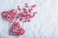 Deux coeurs rouges de beau vintage romantique avec des baies de gui sur la neige blanche Noël, amour et concept de jour de valent Photographie stock libre de droits