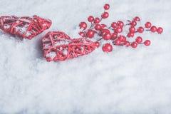 Deux coeurs rouges de beau vintage romantique avec des baies de gui sur la neige blanche Noël, amour et concept de jour de valent Image stock