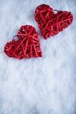 Deux coeurs rouges de beau vintage romantique ensemble sur le fond blanc d'hiver de neige Amour et concept de jour de valentines  Photos libres de droits
