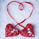 Deux coeurs rouges de beau vintage romantique ensemble sur le fond blanc d'hiver de neige Amour et concept de jour de valentines  Photos stock