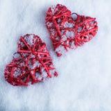 Deux coeurs rouges de beau vintage romantique ensemble sur le fond blanc d'hiver de neige Amour et concept de jour de valentines  Photographie stock