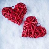 Deux coeurs rouges de beau vintage romantique ensemble sur le fond blanc d'hiver de neige Amour et concept de jour de valentines  Images stock