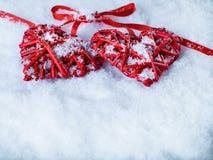 Deux coeurs rouges de beau vintage romantique ensemble sur le fond blanc d'hiver de neige Amour et concept de jour de valentines  Image libre de droits