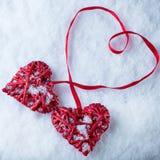 Deux coeurs rouges de beau vintage romantique ensemble sur le fond blanc d'hiver de neige Amour et concept de jour de valentines  Image stock
