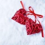 Deux coeurs rouges de beau vintage romantique ensemble sur un fond blanc d'hiver de neige Amour et concept de jour de valentines  Photo libre de droits