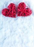 Deux coeurs rouges de beau vintage romantique ensemble sur un fond blanc d'hiver de neige Amour et concept de jour de valentines  Images stock