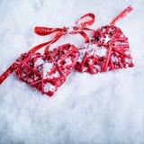 Deux coeurs rouges de beau vintage romantique ensemble sur un fond blanc d'hiver de neige Amour et concept de jour de valentines  Image stock