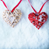 Deux coeurs rouges de beau vintage romantique ensemble sur un fond blanc d'hiver de neige Amour et concept de jour de valentines  Photographie stock