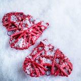 Deux coeurs rouges de beau vintage romantique ensemble sur un fond blanc d'hiver de neige Amour et concept de jour de valentines  Photos stock