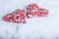 Deux coeurs rouges de beau vintage romantique ensemble sur un fond blanc de neige Amour et concept de jour de valentines de St Photo stock
