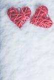 Deux coeurs rouges de beau vintage romantique ensemble sur un fond blanc de neige Amour et concept de jour de valentines de St Image libre de droits