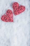 Deux coeurs rouges de beau vintage romantique ensemble sur un fond blanc de neige Amour et concept de jour de valentines de St Photos libres de droits