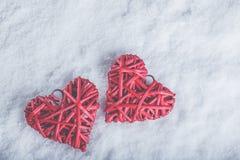 Deux coeurs rouges de beau vintage romantique ensemble sur un fond blanc de neige Amour et concept de jour de valentines de St Images libres de droits