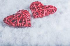 Deux coeurs rouges de beau vintage romantique ensemble sur un fond blanc de neige Amour et concept de jour de valentines de St Images stock