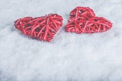 Deux coeurs rouges de beau vintage romantique ensemble sur un fond blanc de neige Amour et concept de jour de valentines de St Photo libre de droits