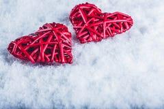 Deux coeurs rouges de beau vintage romantique ensemble sur un fond blanc de neige Amour et concept de jour de valentines de St Photos stock