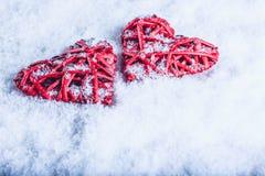 Deux coeurs rouges de beau vintage romantique ensemble sur un fond blanc de neige Amour et concept de jour de valentines de St Photographie stock