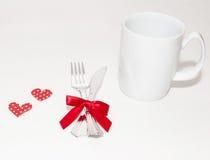 Deux coeurs rouges et deux tasses blanches pour le jour de valentines Images stock