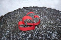 Deux coeurs rouges faits de papier sur une surface en bois Photo libre de droits