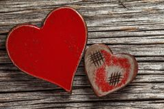 Deux coeurs rouges rustiques photographie stock libre de droits