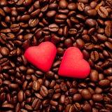 Deux coeurs rouges sur des grains de café Images libres de droits