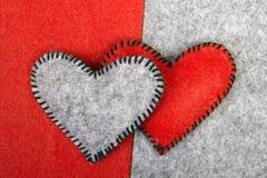Deux coeurs rouges sur différents milieux Photographie stock libre de droits