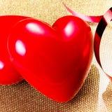 Deux coeurs rouges sur la fin d'or de plat. Backgrou de jour de valentines Photos libres de droits