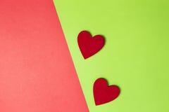 Deux coeurs rouges sur le fond de papier coloré Style minimal Configuration plate Vue supérieure Copiez l'espace pour le texte Image libre de droits