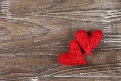 Deux coeurs rouges sur le fond en bois Photographie stock libre de droits