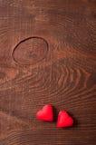 Deux coeurs rouges sur le fond en bois Photographie stock