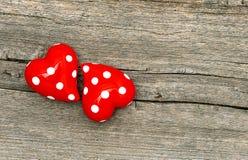 Deux coeurs rouges sur le fond en bois Photos libres de droits
